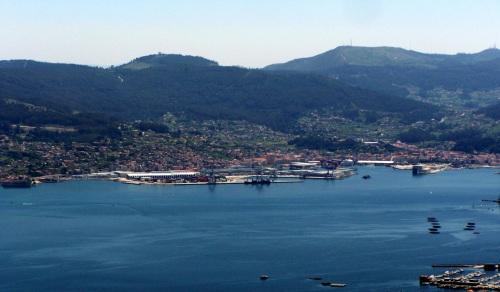 Vista de Marín e da súa fachada, co Monte Pituco (Pornedo) por enriba do porto, dende o Monte Castrove (San Xoán de Poio)