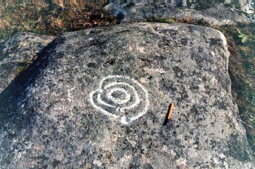 Imaxe do petroglifo desaparecido baixo a terra botada para facer a área recreativa do Pornedo.