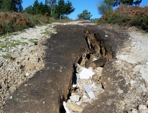 """A """"falla"""" do Monte Pornedo, como se un tremor de terra abrira o chan. En realidade, é a mostra do que provocan as riadas."""