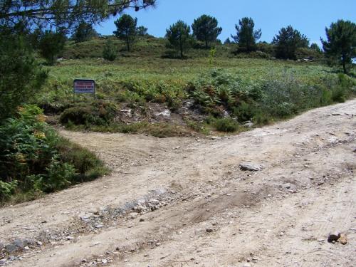 Na pista que atravesa o Monte Pornedo, POR FIN quedou instalado o cartel que PROHIBE a circulación de VEHÍCULOS MOTORIZADOS agás para usos agrícolas.