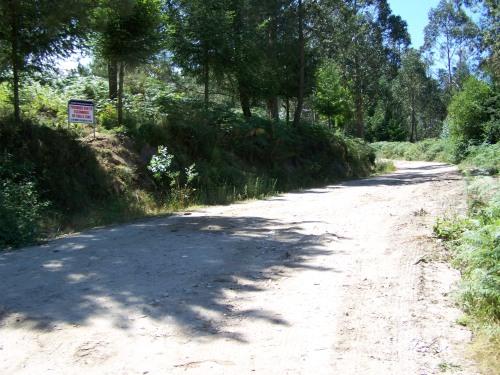 Cartel prohibindo verter lixo, no acceso ao Monte Pornedo dende a estrada en dirección Figueirido/San Xulián.
