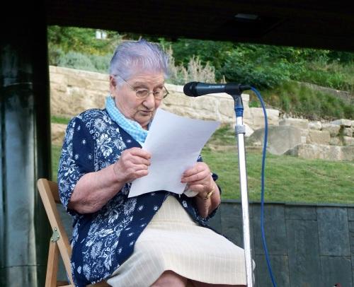 Josefa, unha veciña de Cantodarea, leu un poema feito por ela, sobre a terrible vaga de lumes no 2006.