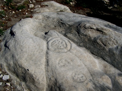 Petroglifos de Outeiro dos Apañados, situados en zona militar (Brilat de Figueirido).