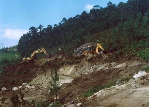 Obras da variante de Marín: as pás excavadoras furan no Monte Pornedo, á altura da Pena e do Caeiro. Corría o ano 2003 e as casas abaneaban a causa das detonacións.