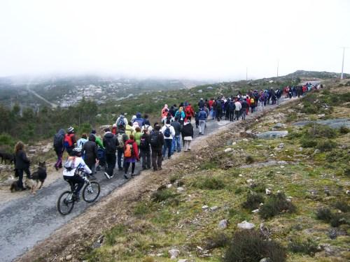 Máis de 200 persoas participaron na andaina organizada pola Plataforma en Defensa dos Montes do Morrazo contra o parque eólico de Pedras Negras. O próximo 16 de decembro haberá outro roteiro.
