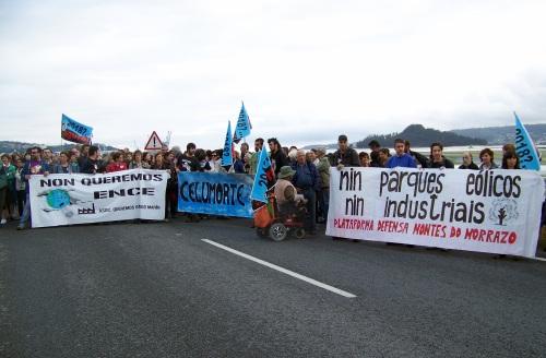 Entre os participantes na manifestación, a Plataforma en Defensa dos Montes do Morrazo.