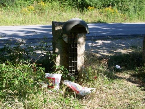 A área de descanso a carón do Monte Pituco carece de papeleira ou bidón para depositar o lixo.