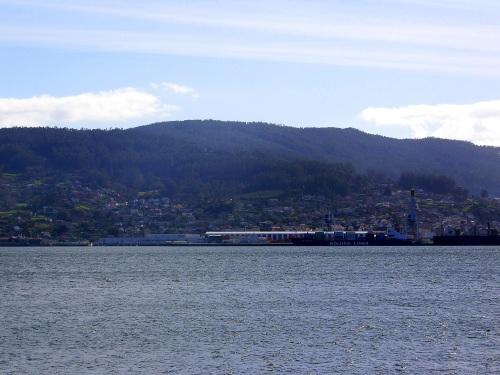 Vista do Porto de Marín dende Combarro. A proba do imparto visual que causaría a instalación dun polígono no Pornedo.
