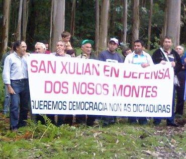 """A Comunidade de Montes de San Xulián manifestouse contra a franxa de seguridade da Brilat: """"En defensa dos nosos montes""""."""