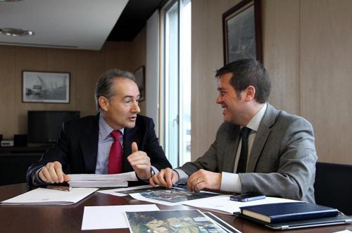 José Benito Suárez Costa e Perfecto Rodríguez reunidos no Porto de Marín.