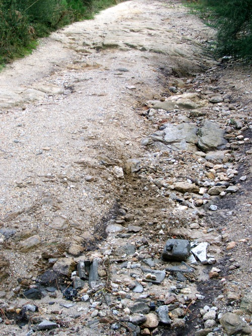 O deterioro da pista fai que a auga discurra monte abaixo.