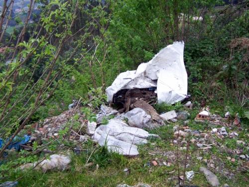 Lixo tirado nun terraplán na beira da pista do Pituco.