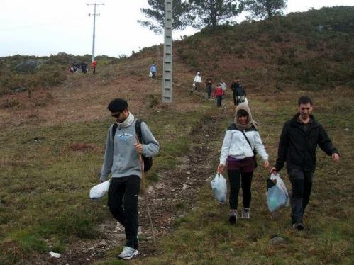Coas bolsas do lixo retirado do monte (foto, Almuinha).