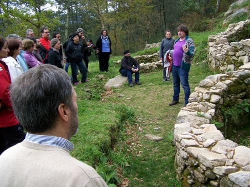 O arqueólogo Xurxo Ayán explicando como era a civilización que poboaba un castro.