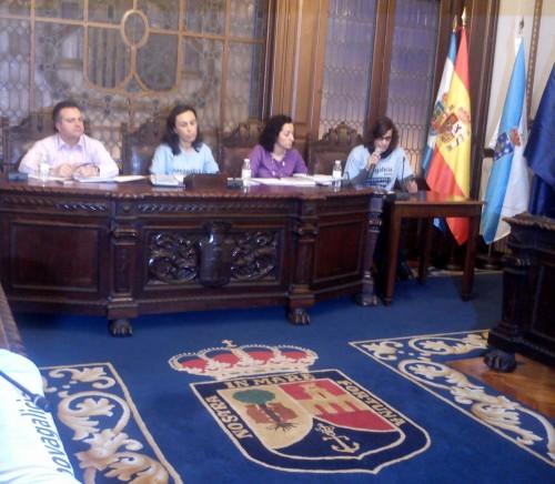 A alcaldesa María Ramallo coa camiseta reivindicativa da Plataforma de Afectados polas Preferentes e Subordinadas.