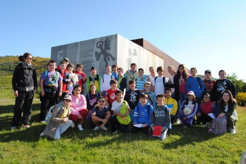 Visita de estudantes de Dorrón (Sanxenxo) á área arqueolóxica de Tourón, organizada polo Concello de Ponte Caldelas.