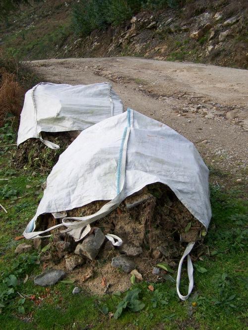 Dende febreiro levan tirados na pista estes sacos de escombros.