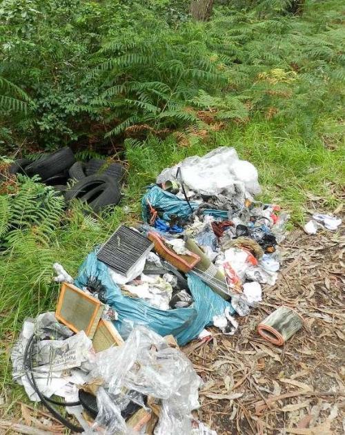 Material abandonado nunha pista en Currás (Foto: S.A., Faro de Vigo).