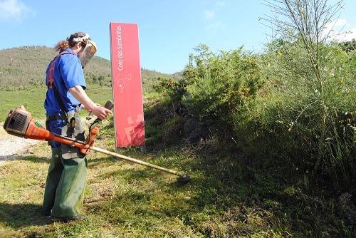 Traballos de limpeza nos accesos á Área Arqueolóxica de Tourón, en Ponte Caldelas.