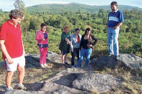 Comunidade de Montes de Amoedo, nunha visita aos petroglifos (foto, Faro de Vigo).