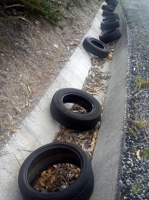 Verquido ilegal de rodas na pista de servizo da Variante, na zona de Lourizán.