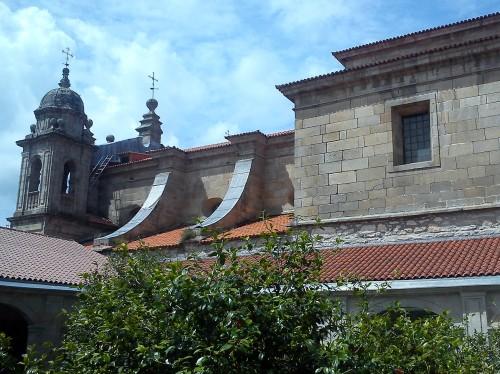 Claustro do Edificio Sarmiento e Igrexa de San Bartolomeu.