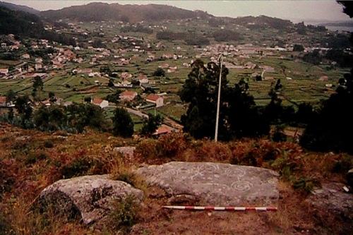 Foto dos petrolifos de Pinal de Caeiro que figura na ficha de Patrimonio.