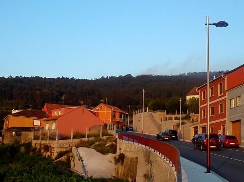 O fume detrás do Alto da Encavada, no monte veciñal de Salcedo.