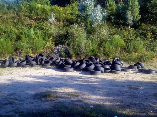 Verquido ilegal de rodas no aparcadoiro do campo de fútbol de Salcedo, en terreos de Lourizán.