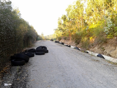 Verquido ilegal de rodas na pista de servizo da Variante de Marín.