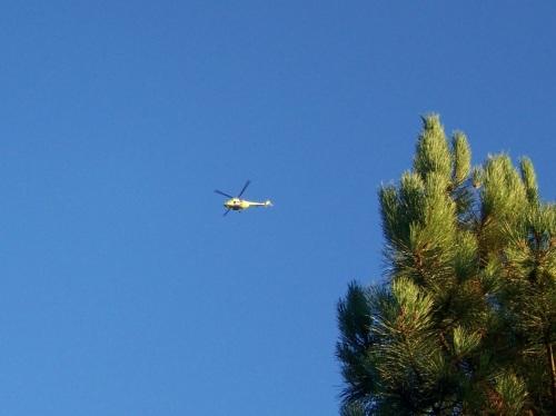 O helicóptero de vixiancia, sobrevoando este pasado fin de semana o Monte Pituco.