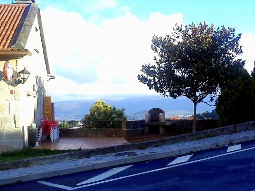 A churrasqueira instalada na terraza da Casa de Montes.