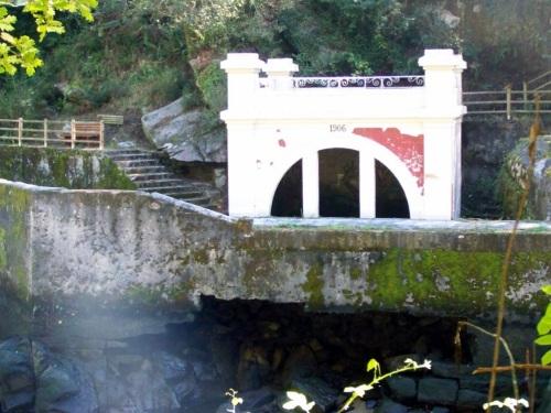Antigo balneario creado por Casimiro Gómez en 1904 para aproveitar as propiedades minerais das augas do Lérez.