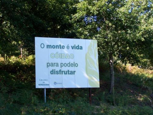 Cartaz instalado pola Comunidade de Montes de Verducido (Pontevedra).