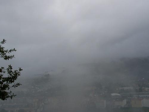 Vista do Monte Pornedo, cuberto de néboa, dende a Subidá.