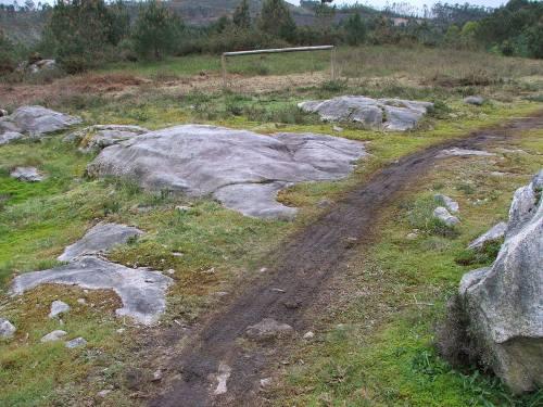 Marcas das rodas atravesando o complexo rupestre de Outeiro da Mina, en Salcedo (foto, Paulo Troitiño).