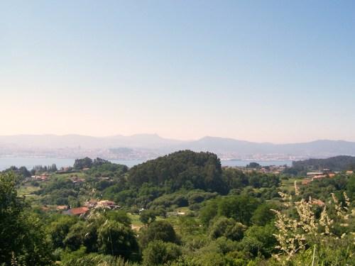 Vista do Monte do Castro dende A Salve, en Moaña.