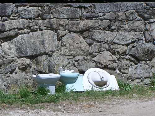 Sanitarios abandonados en Outeiro do Cruceiro.