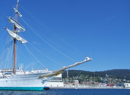 O Monte Pituco, dende a Escola Naval de Marín.