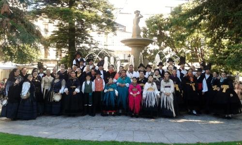 Grupo de Baile de Airiños de San Xulián coas pandereteiras de Fentos e Frouma.