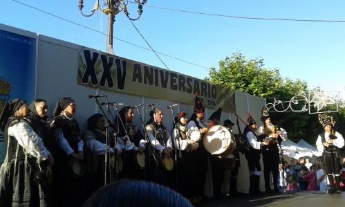 Pandereteiras de Fentos e Frouma e músicos do Grupo de Gaitas de Airiños.