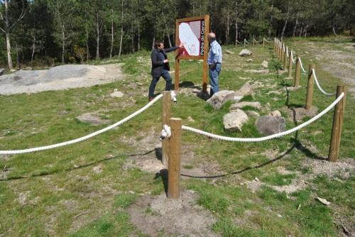O alcalde de Ponte Caldelas no petroglifo de Cuñas