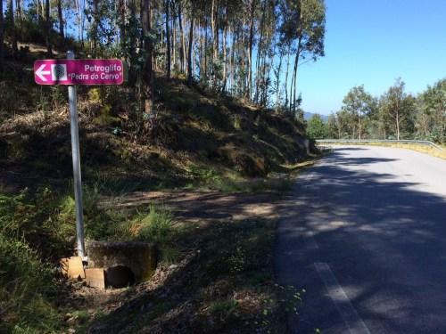 Sinalización en Ponte Caldelas para o petroglifo de Cuñas.