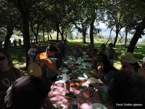 Petisco de despedida na arboreda do Pituco (foto, Paulo Troitiño).