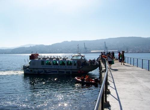 Barco traendo pasaxeiros a Tambo.