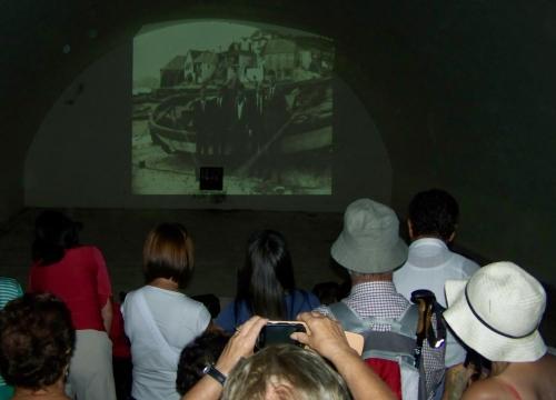 Proxeccións audiovisuais sobre Tambo no antigo polvorín.