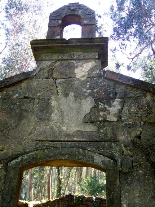 Ruinas da capela de San Miguel.