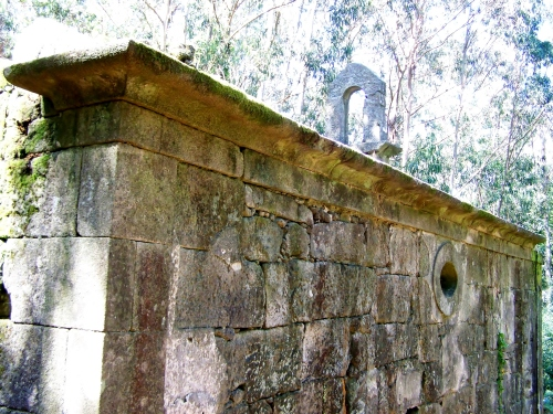Ruínas da capela de San Miguel.