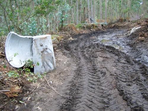 O que NON se debe facer: destruír un antigo camiño de carro sen supervisión de Patrimonio.