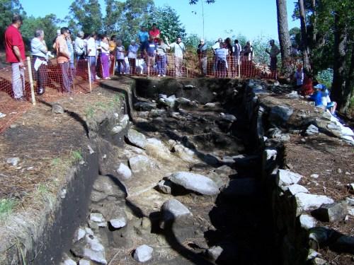 Visita ao castro das Croas, en Salcedo.